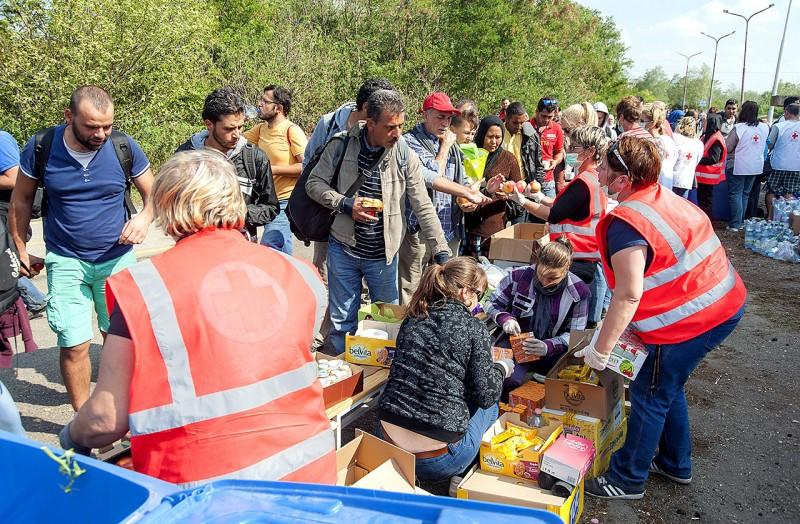 Hegyeshalom, 2015. szeptember 13.A Magyar és az Osztrák Vöröskereszt aktivistái ételt osztanak migránsoknak a hegyeshalmi kishatárátkelőnél 2015. szeptember 13-án.MTI Fotó: Krizsán Csaba