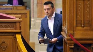 Budapest, 2015. május 27.Rogán Antal, a Fidesz frakcióvezetője, a párt vezérszónoka a jövő évi költségvetésre vonatkozó javaslat általános vitájában felszólalásához készül az Országgyűlés plenáris ülésén 2015. május 27-én.MTI Fotó: Kovács Tamás