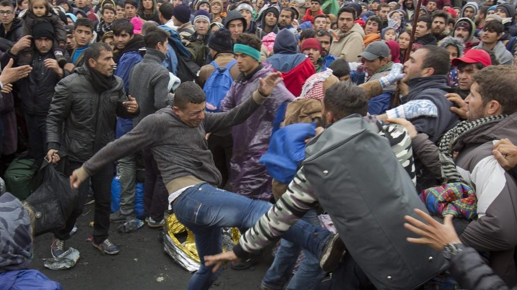Sentilj, 2015. október 29. Bevándorlók összeverekednek, miközben arra várnak, hogy átléphessék az osztrák határt a szlovániai Sentiljben 2015. október 29-én. (MTI/AP/Darko Bandic)
