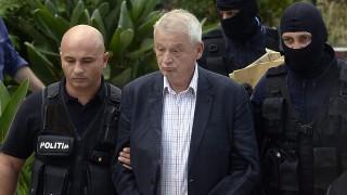 Ciolpani, 2015. szeptember 7.Sorin Oprescu bukaresti polgármestert (k) rendőrök kísérik ki házából a román főváros közelében fekvő Ciolpani faluban 2015. szeptember 6-án. Oprescu őrizetbe vételét a román Nemzeti Korrupcióellenes Igazgatóság (DNA) rendelte el, mert tetten érték 25 ezer euró kenőpénz átvétele közben. (MTI/EPA/Marius Dumbraveanu)