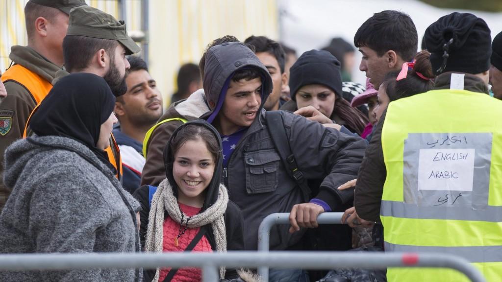 Spielfeld, 2015. október 17. Bevándorlók érkeznek Szlovéniából az ausztriai Spielfeld egykori határállomására 2015. október 17-én, miután Magyarország éjfélkor lezárta a Horvátországgal közös zöldhatárt a migránsok elõtt. (MTI/EPA/Erwin Scheriau)