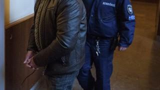 Pécs, 2014. január 9.Rendőrök vezetik elő az előzetes letartóztatásról döntő tárgyalásra 2014. január 9-én a Pécsi Járásbíróság folyosóján azt a férfit, akit egy mohácsi gyilkossággal gyanúsítanak. A gyanú szerint a 62 éves annavölgyi lakos tavaly november 25-én ölt meg egy 68 éves férfit, de a holttestet csak január 6-án találta meg az áldozat mohácsi otthonában az egyik hozzátartozója. A gyanúsítottat a Budapesti Rendőr-főkapitányság munkatársai a főváros XI. kerületében fogták el január 7-én.MTI Fotó: Sóki Tamás