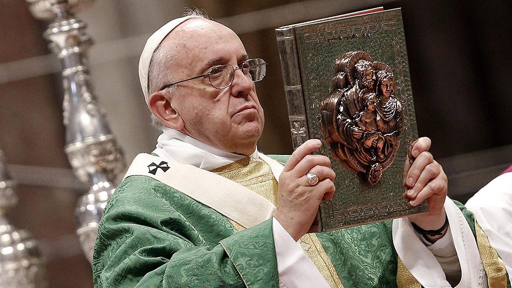 """Vatikánváros, 2015. október 4.Ferenc pápa szentmisét celebrál a Szent Péter-bazilikában """"A család hivatása és missziója az egyházban és a mai világban"""" című rendes püspöki szinódus kezdetének alkalmából 2015. október 4-én. (MTI/EPA/Giuseppe Lami)"""