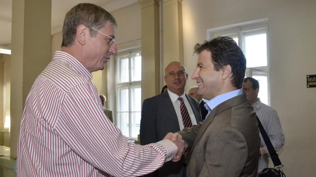 Szolnok, 2013. augusztus 22. Gyurcsány Ferenc volt miniszterelnök (b) mielõtt megteszi tanúvallomását kezet fog Tátrai Miklós elsõrendû vádlottal, a Magyar Nemzeti Vagyonkezelõ (MNV) Zrt. volt vezérigazgatójával (j), középen a másodrendû vádlott Császy Zsolt, az MNV volt értékesítési igazgatója a Szolnoki Törvényszéken 2013. augusztus 22-én, ahol több hónapos szünet után folytatódott a Sukoró-ügyként ismert büntetõper tárgyalása. MTI Fotó: Mészáros János