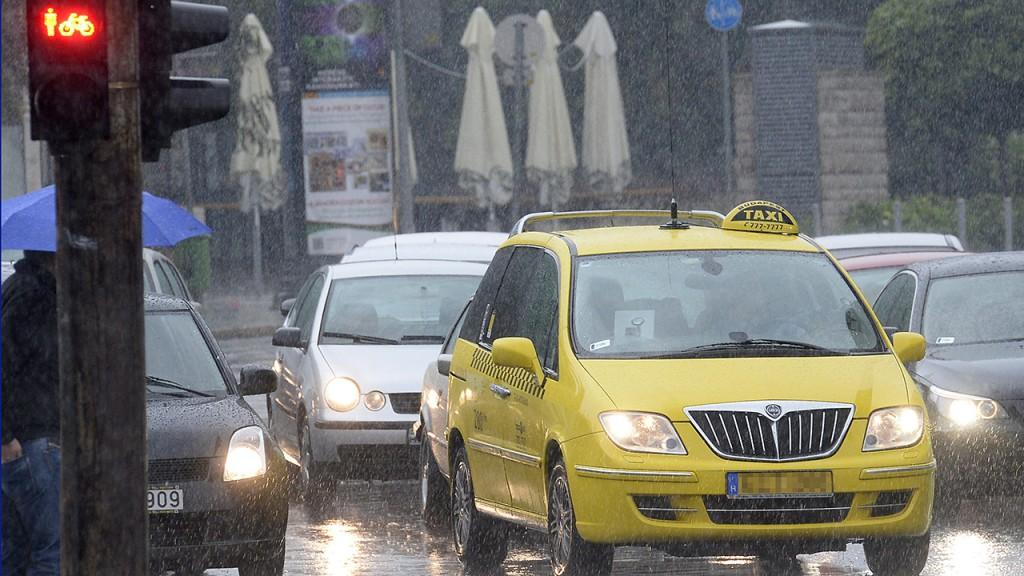 Budapest, 2014. szeptember 1.Sárga taxik Budapesten, az V. kerületi József Attila utcában 2014. szeptember 1-jén. A fővárosban mától csak sárga taxik közlekedhetnek. Az új taxirendelet egy évvel ezelőtti bevezetése után minden taxisnak meg kellett újítania engedélyét, annak egyik feltétele volt a jármű sárgára színezése.MTI Fotó: Soós Lajos