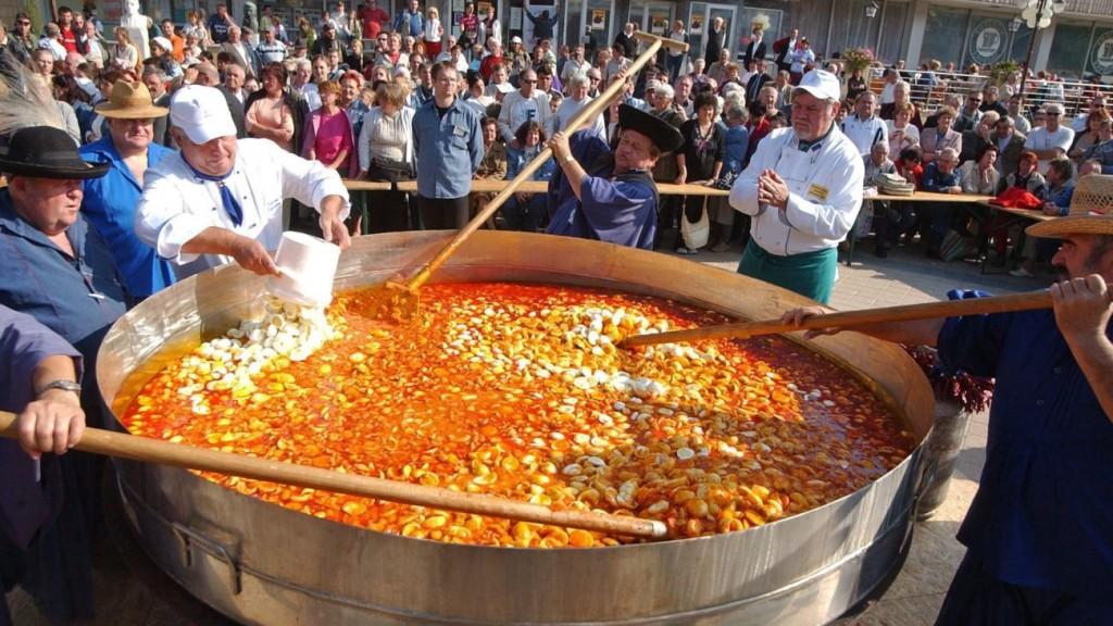 Siófok, 2006. október 15. Siófokon a negyedik nemzetközi tojásfesztiválon Guinness-rekordot állítottak fel, elkészítették Angyal Bandi, somogyi betyár reggelijét 3000 fõre. Az ételhez 7500 db tojást, 1000 db fürjtojást, 35 kg sonkát, 50 kg mangalica szalonnát és több kiló fûszert használtak fel. MTI Fotó: Varga György