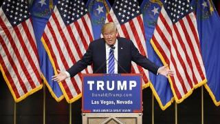 Las Vegas, 2015. október 9.A Republikánus Párt elnökjelöltségére pályázó Donald Trump amerikai üzletember beszédet mond egy választási kampányrendezvényen Las Vegasban 2015. október 8-án. A legfrissebb közvélemény-kutatási adatok szerint a republikánus elnökjelölt-aspiránsok népszerűségi listáját Trump vezeti. (MTI/AP/John Locher)