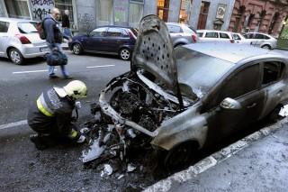 Budapest, 2015. október 10. A Katasztrófavédelem munkatársa vizsgál egy kiégett autót a VIII. kerületi Berzsenyi utca és Rákóczi út keresztezõdésében 2015. október 10-én. Kora reggel rendõrjárõrök észlelték, hogy egy parkoló személygépkocsi lángol és a tûz átterjedt egy másik jármûre, valamint az épület frontjára. Személyi sérülés nem történt. MTI Fotó: Mihádák Zoltán