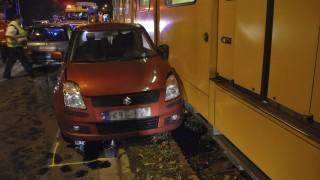 Budapest, 2015. október 21. Személyautó áll villamos mellett a fõváros XIV. kerületében, a Nagy Lajos király útján, ahol a két jármû összeütközött 2015. október 21-én. A balesetben ketten az autóban utazók közül megsérültek. MTI Fotó: Mihádák Zoltán