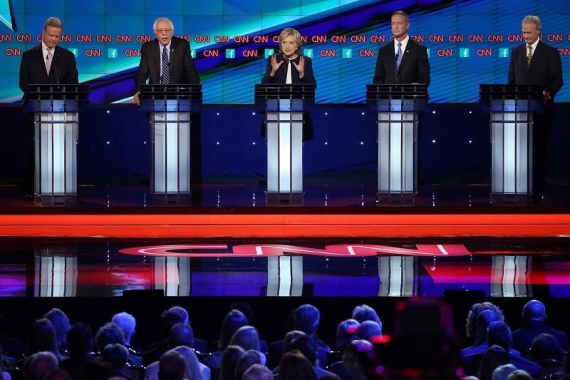 Las Vegas, 2015. október 14. Jim Webb volt virginiai szenátor, Bernie Sanders vermonti szenátor, Hillary Clinton volt amerikai külügyminiszter, Martin O'Malley volt marylandi kormányzó és Lincoln Chafee volt Rhode Island-i kormányzó (b-j) a demokrata párti eljökjelöltségért küzdõ politikusok televíziós vitáján a nevadai Las Vegasban 2015. október 13-án. (MTI/EPA/The New York Times pool/Josh Haner)