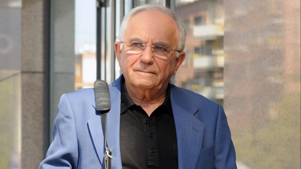 Budapest, 2012. szeptember 22. Vitray Tamás Kossuth-díjas újságíró távozik a Digi Sport televíziós csatorna épületébõl 2012. szeptember 21-én. A televíziós sportriporter november 5-én lesz 80 éves. MTI Fotó: Honéczy Barnabás