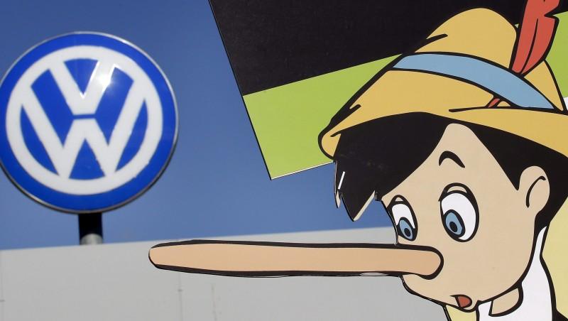 Wolfsburg, 2015. szeptember 25. A Greenpeace nemzetközi környezetvédõ mozgalom Pinocchiót ábrázoló plakátja a Volkswagen német jármûgyártó csoport wolfsburgi gyárkaluja elõtt 2015. szeptember 25-én. Az amerikai Környezetvédelmi Ügynöksége (EPA) szeptember 18-án leleplezte a céget, hogy olyan szoftvert telepített 482 ezer dízelüzemû jármûvébe, amelynek segítségével kijátszhatók a károsanyag-kibocsátásra vonatkozó amerikai elõírások. (MTI/AP/Michael Sohn)