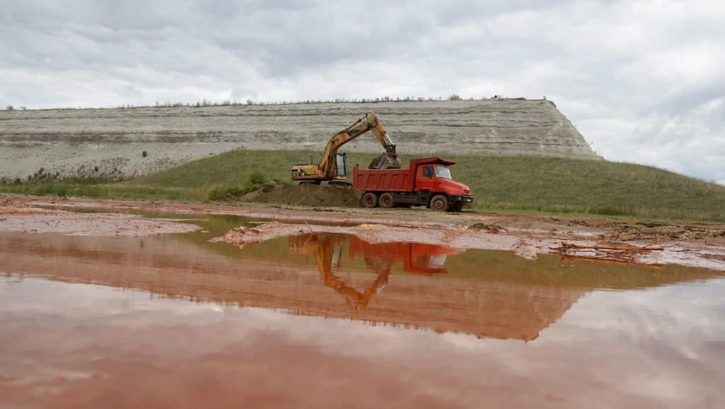 Kolontár, 2015. október 1. Munkagépek dolgoznak az ajkai kilences számú vörösiszap-tározó megerõsített gátja mellett, Kolontáron 2015. szeptember 30-án. Október 4-én lesz a vörösiszap-katasztrófa ötödik évfordulója. MTI Fotó: Kovács Tamás