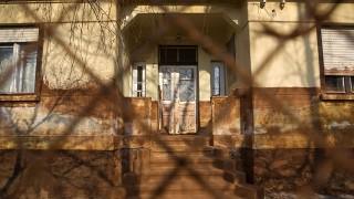 Image: 72978629, 2010. október negyedikén átszakadt a Magyar Alumíniumtermelő és Kereskedelmi Zrt. Ajka melletti iszaptározójának gátja, majd percek múlva maró vörösiszap borította el a közeli Kolontárt, Devecsert és Somlóvásárhelyt. Devecseren 262 házat kellett lebontani, Place: Devecser, Hungary, License: Rights managed, Model Release: No or not aplicable, Property Release: Yes, Credit: smagpictures.com