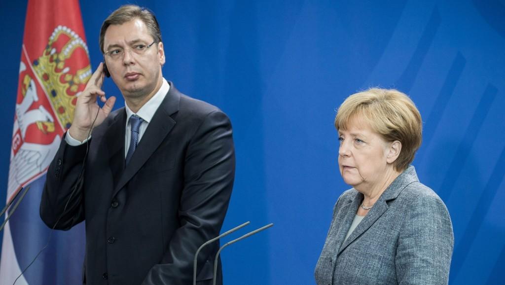 Berlin, 2015. szeptember 7. Angela Merkel német kancellár (j) és Aleksandar Vucic szerb miniszterelnök az európai menekültválságról tart sajtótájékoztatót a berlini kancellária épületében 2015. szeptember 7-én. (MTI/EPA/Michael Kappeler)