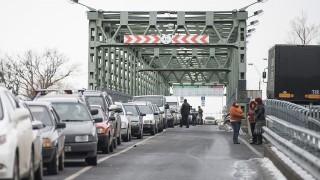Záhony, 2012. december 15.Belépésre váró autósok Záhonynál a magyar-ukrán határon, a Tisza-hídon 2012. december 15-én.MTI Fotó: Balázs Attila