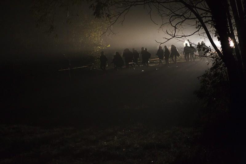 A nyitott magyar-horvát zöldhatáron Magyarországra belépő illegális bevándorlók utolsó csoportja Zákány közelében 2015. október 17-én. Éjfélt követően Magyarország műszaki határzárral lezárta a magyar-horvát zöldhatárt.