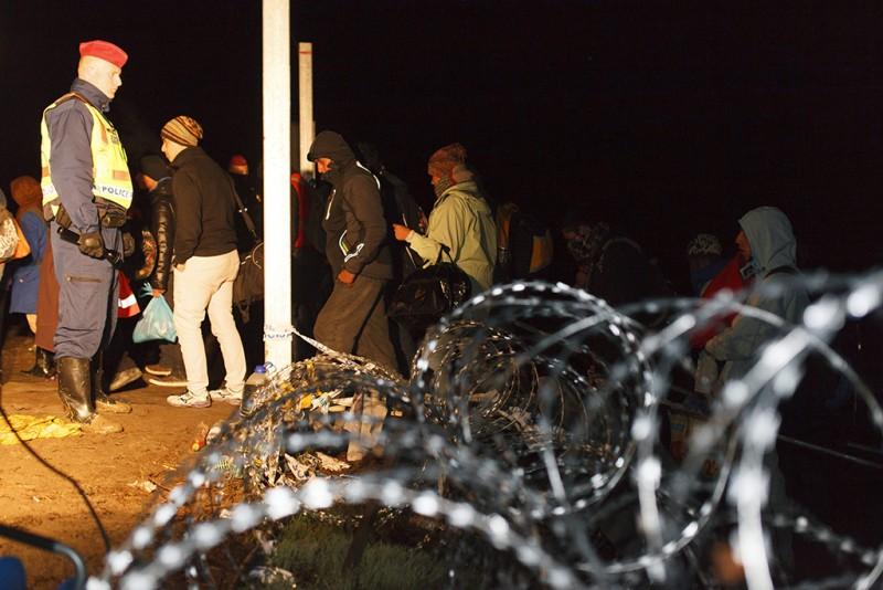 Az utolsó illegális bevándorlók lépnek be Magyarországra a nyitott magyar-horvát zöldhatáron 2015. október 17-én. Éjfélt követően Magyarország műszaki határzárral lezárta a magyar-horvát zöldhatárt.