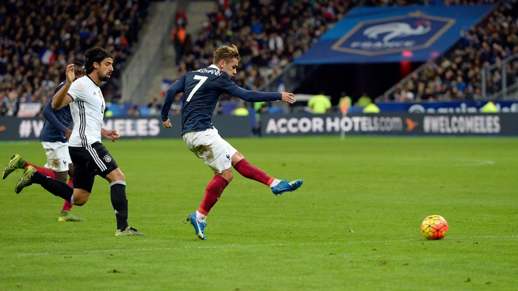 French midfielder Antoine Griezmann (C) shoots during a friendly international football match between France and Germany ahead of the Euro 2016, on November 13, 2015 at the Stade de France stadium in Saint-Denis, north of Paris.    AFP PHOTO / MIGUEL MEDINA