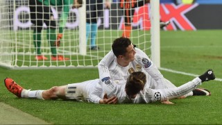 Real Madrid's Portuguese forward Cristiano Ronaldo (up) celebrates with Real Madrid's Welsh forward Gareth Bale during the UEFA Champions League group A football match between Shakhtar Donetsk and Real Madrid in Lviv on November 25, 2015. AFP PHOTO / SERGEI SUPINSKY / AFP / SERGEI SUPINSKY