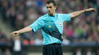 Hungarian referee Viktor Kassai gestures during the UEFA Champions league first leg semi-final football match between Bayern Muenchen and FC Barcelona at the Allianz arena in Munich on April 23, 2013. Bayern defeated Barcelona 4-0. AFP PHOTO / ODD ANDERSEN / AFP / ODD ANDERSEN