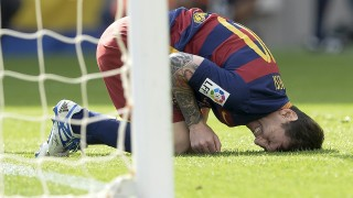 Barcelona's Argentinian forward Lionel Messi complains after being injured during the Spanish league football match FC Barcelona vs UD Las Palmas at the Camp Nou stadium in Barcelona on September 26, 2015.  AFP PHOTO / JOSEP LAGO