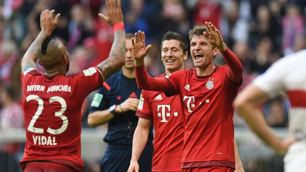 (L-R) Bayern Munich's Chilean midfielder Arturo Vidal, Bayern Munich's Polish striker Robert Lewandowski and Bayern Munich's striker Thomas Mueller celebrate after the fourth goal during the German first division football Bundesliga match between FC Bayern Munich and VfB Stuttgart on November 7, 2015, 2015 in Munich, southern Germany.  AFP PHOTO / CHRISTOF STACHE  RESTRICTIONS: DURING MATCH TIME: DFL RULES TO LIMIT THE ONLINE USAGE TO 15 PICTURES PER MATCH AND FORBID IMAGE SEQUENCES TO SIMULATE VIDEO.  ==RESTRICTED TO EDITORIAL USE == FOR FURTHER QUERIES PLEASE CONTACT THE DFL DIRECTLY AT + 49 69 650050.