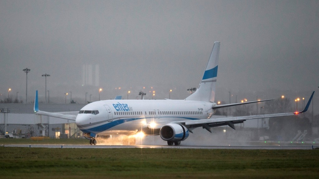 A charter flight carring approximately a hundred Syrian refugees lands at Glasgow airport, Scotland on November 17, 2015. A first flight carrying Syrian refugees to Britain landed in Glasgow today as part of government plans to bring in 20,000 asylum-seekers over the next five years. AFP PHOTO / OLI SCARFF