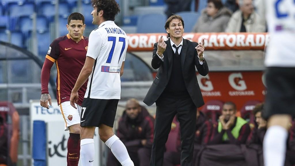 Roma's coach from France Rudi Garcia (C) argues with Atalanta's players during the Italian Serie A football match AS Roma vs Atalanta on November 29, 2015 at Rome's Olympic stadium. AFP PHOTO / ANDREAS SOLARO / AFP / ANDREAS SOLARO