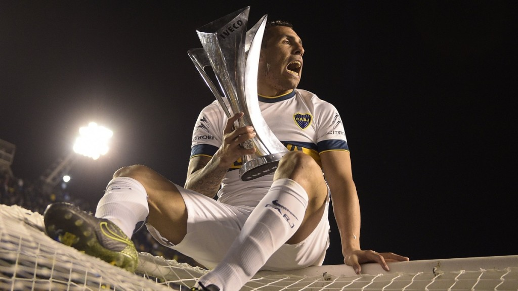 """Boca Juniors' forward Carlos Tevez holds the trophy after winning Argentina's first division football championship at the """"La Bombonera"""" stadium in Buenos Aires, on November 1, 2015.  AFP PHOTO / JUAN MABROMATA"""