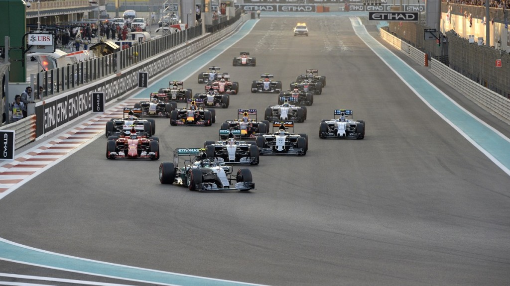 Mercedes AMG Petronas F1 Team's German driver Nico Rosberg leads after the start of the Abu Dhabi Formula One Grand Prix at the Yas Marina circuit on November 29, 2015.  AFP PHOTO / TOM GANDOLFINI / AFP / Tom Gandolfini