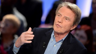 """Former French minister of Foreign Affairs Bernard Kouchner takes part in the TV broadcast of the show """"Le Grand Journal"""" as part of the 30th anniversary of French channel Canal Plus on November 4, 2014 in Paris. AFP PHOTO / BERTRAND GUAY"""