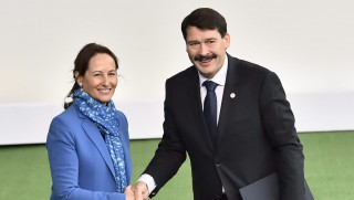 Le Bourget, 2015. november 30. Ségoléne Royal francia környezetvédelmi és energiaügyi miniszter (b) fogadja Áder János köztársasági elnököt az ENSZ által a klímavédelemrõl rendezett csúcstalálkozón a Párizs melletti Le Bourget-ban 2015. november 30-án, az esemény nyitónapján. Az ENSZ 21. klímavédelmi értekezletét több mint 150 állam-, illetve kormányfõ részvételével kerül megrendezésre. (MTI/AP pool/Loic Venance)