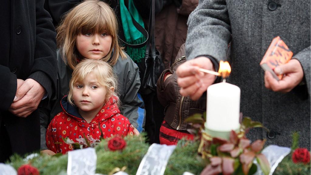 Nagykarácsony, 2010. november 28.Gyerekek nézik, amint Schmidt Pál, a Magyar Posta vezérigazgatója meggyújtja az első adventi gyertyát Nagykarácsonyban, ahol a Mikulás közreműködésével megkezdte működését a Szeretetposta.MTI Fotó: Mudra László