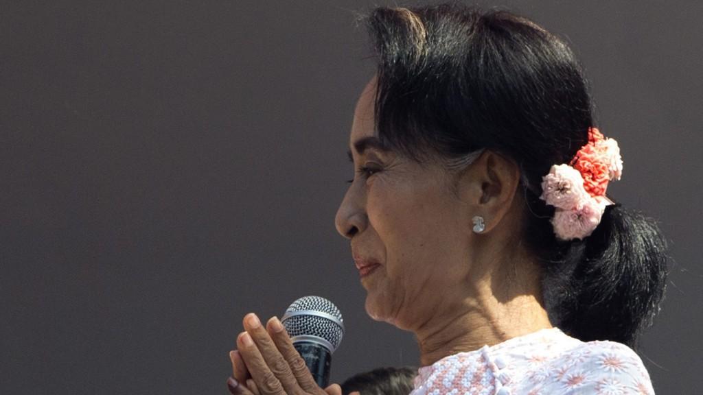 Rangun, 2015. november 9. Aung Szan Szú Kjí, a mianmari ellenzéki Nemzeti Liga a Demokráciáért (NLD) Nobel-békedíjas elnöke tapsol beszéde közben pártja ranguni székházában 2015. november 9-én, a mianmari parlamenti választások utáni napon. Aung Szan Szú Kji elsöprõ gyõzelemre számít a 25 éve után megtartott elsõ szabad parlamenti választáson. (MTI/AP/Mark Baker)