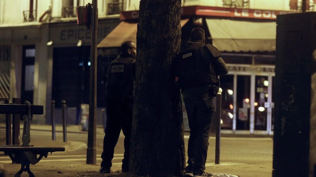 Párizs, 2015. november 14. Rendõrök az egyik lövöldözés helyszínén, a Le Petit Cambodge vendéglõnél Párizsban 2015. november 13-án, miután a francia fõvárosban késõ este összehangoltan több merényletet követtek el. A lövöldözésekben és robbanásokban legalább 60 ember meghalt, sokan megsebesültek, a Bataclan koncertteremben pedig száz embert túszul ejtettek a merénylõk. Hollande egész Franciaország területére rendkívüli állapotot hirdetett és bejelentette a határok lezárását. (MTI/EPA/Etienne Laurent)