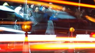 Simbach am Inn, 2015. november 1.Hosszú expozíciós idővel készített kép, amelyen várakozó bevándorlók előtt haladnak el az autók az osztrák határ közelében fekvő németországi Simbach am Innben 2015. október 31-én. (MTI/EPA/Sebastian Kahnert)