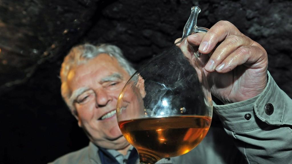 Tokaj, 20154. május 31. Lakatos Lajos tokaji borosgazda a lopóba felszívott bort vizsgálja a csaknem 300 éves családi Öreg Pincében.  MTVA/Bizományosi: Oláh Tibor  *************************** Kedves Felhasználó! Az Ön által most kiválasztott fénykép nem képezi az MTI fotókiadásának, valamint az MTVA fotóarchívumának szerves részét. A kép tartalmáért és a szövegért a fotó készítõje vállalja a felelõsséget.