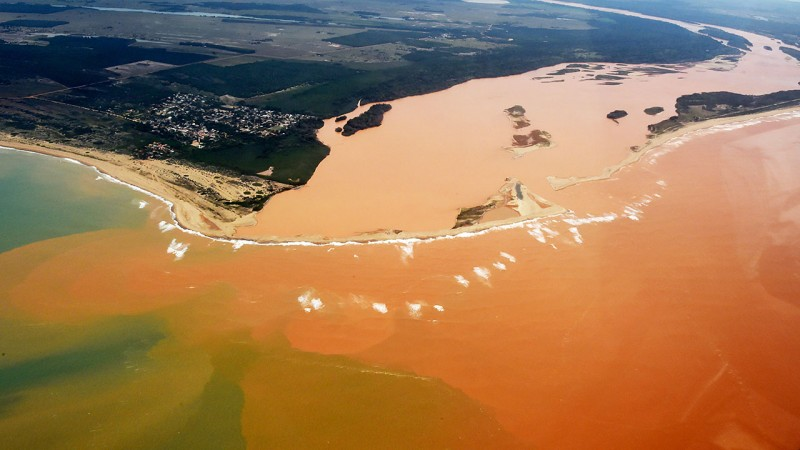 Handout picture released by the Espirito Santo State Press Office showing an aerial view of the Doce River--which was flooded with toxic lama after a dam owned by Brazilian Vale SA and Australian BHP Billiton Ltd burst early this month-- flowing into the Atlantic Ocean in Regencia, Espirito Santo State, Brazil, on November 24, 2015. AFP PHOTO/Espirito Santo State Press Office - FRED LOUREIRO / AFP / Espirito Santo state Press Offic / FRED LOUREIRO