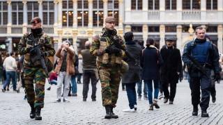 Brüsszel, 2015. november 21. Katonák járõröznek Brüsszel fõterén 2015. november 21-én, miután a legmagasabb szintre emelték a terrorfenyegetettség szintjét a belga fõvárosban. (MTI/AP/Geert Vanden Wijngaert)