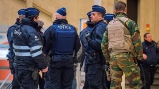Brüsszel, 2015. november 22. Katonák és rendõrök a brüsszeli fõpályaudvaron 2015. november 22-én, miután elõzõ nap a legmagasabb szintre emelték a terrorfenyegetettség szintjét a belga fõvárosban. Brüsszelben az üzletek és bevásárlóközpontok továbbra is zárva tartanak, valamint a mozik és a múzeumok sem fogadnak látogatókat. (MTI/EPA/Stephanie Lecocq)