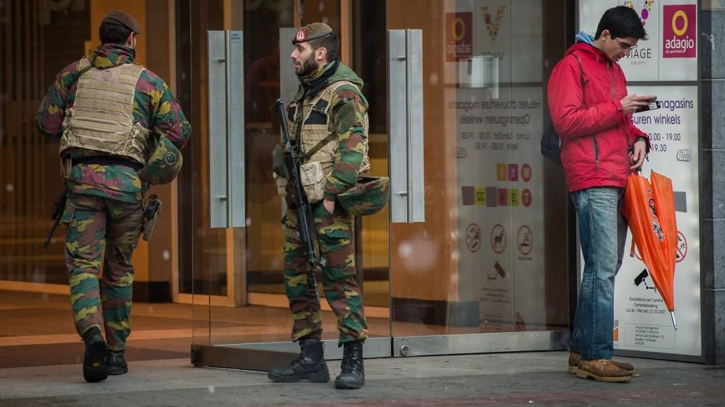 Brüsszel, 2015. november 21. Fegyveres katonák Brüsszel belvárosában 2015. november 21-én, miután a legmagasabb szintre emelték a terrorfenyegetettség szintjét a belga fõvárosban. (MTI/EPA/Stephanie Lecocq)