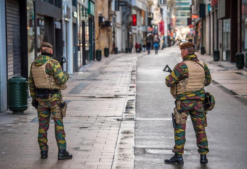 Brüsszel, 2015. november 22.Fegyveres katonák Brüsszel belvárosában 2015. november 22-én, miután előző nap a legmagasabb szintre emelték a terrorfenyegetettség szintjét a belga fővárosban. (MTI/EPA/Stephanie Lecocq)