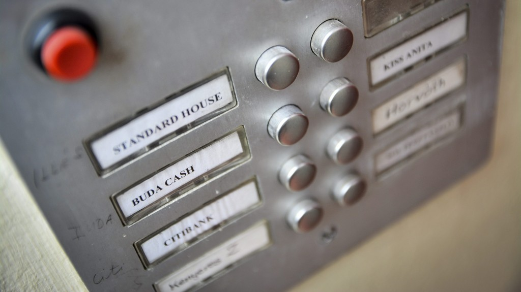 Debrecen, 2015. február 25. Kapucsengõ a Buda-Cash Brókerház debreceni irodájánál 2015. február 25-én. A Magyar Nemzeti Bank (MNB) több évtizedes visszaélés-sorozatot gyanít a Buda-Cash Brókerháznál, ezért azonnali hatállyal felfüggesztette mûködési engedélyét, és a brókerházzal összefüggésbe hozható Dél-Dunántúli Regionális Bank (DRB) bankcsoporthoz tartozó négy banknál is korlátozó intézkedéseket, így a betétkifizetés 1 millió forintos korlátozását rendelte el. MTI Fotó: Czeglédi Zsolt