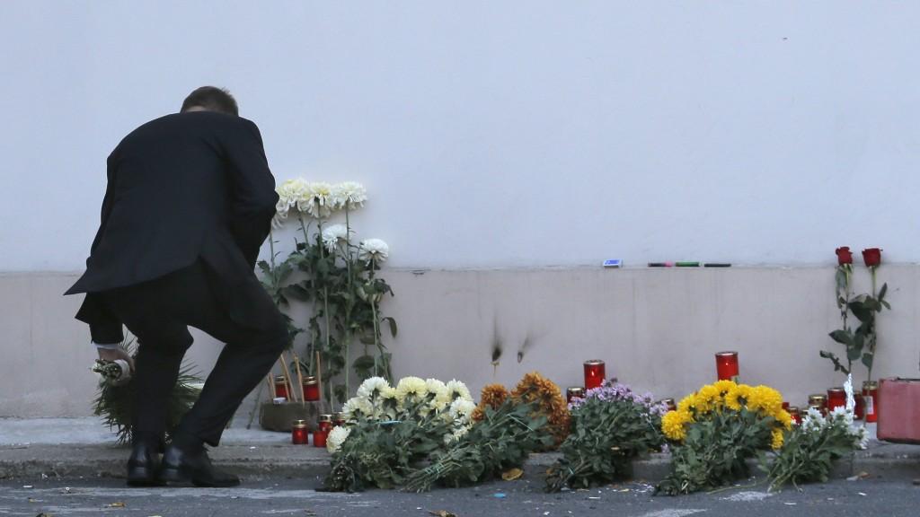 Bukarest, 2015. október 31. Klaus Iohannis román elnök virágcsokrot helyez el a Colectiv nevû szórakozóhelynél kialakított emlékhelyen Bukarestben 2015. október 31-én. Elõzõ éjjel a belvárosi klubban tûzvész pusztított, miután a pirotechnika egy szikrája lángra lobbantotta a hangszigetelést. A tûzesetben 27 ember vesztette életét, több mint százan megsérültek. A román kormány háromnapos nemzeti gyászt hirdetett. (MTI/EPA/Robert Ghement)