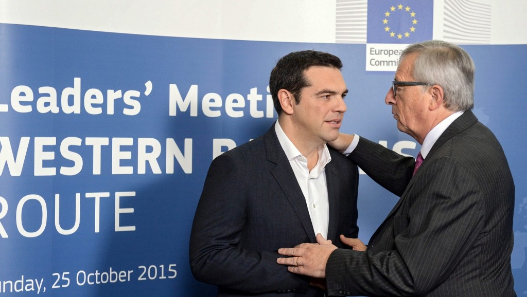 Brüsszel, 2015. október 25. Alekszisz Ciprasz görög miniszterelnököt (b) fogadja Jean-Claude Juncker, az Európai Bizottság elnöke az európai menekültválságról rendezett rendkívüli csúcstalálkozón a bizottság brüsszeli székházában 2015. október 25-én. (MTI/EPA/Stephanie Lecocq)