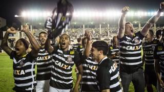 Corinthians players celebrate after winning the Brazilian championship at Sao Januario stadium in Rio de Janeiro, Brazil, on November 19, 2015. AFP PHOTO / YASUYOSHI CHIBA / AFP / YASUYOSHI CHIBA