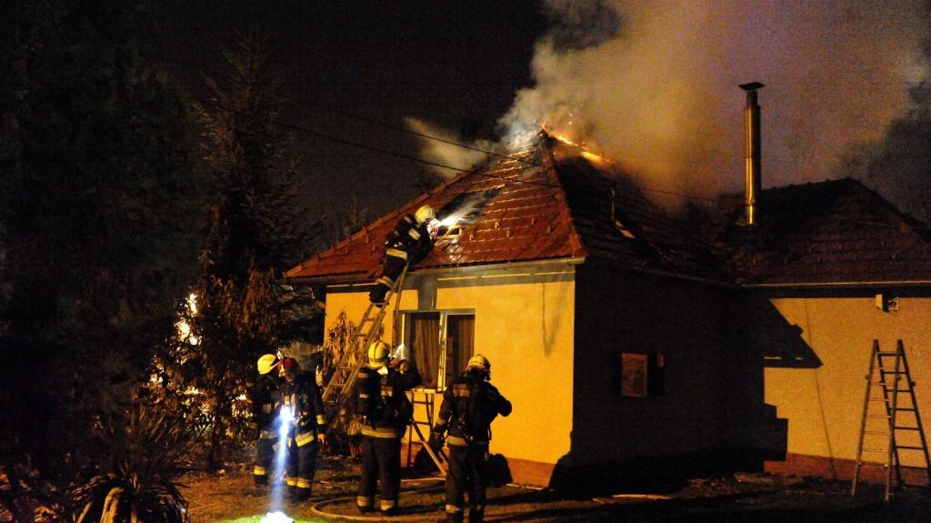 Budapest, 2015. november 1. Tûzoltók dolgoznak egy családi háznál, amelynek kigyulladt a tetõszerkezete a fõváros XXII. kerületében, a Harangozó utcában 2015. november 1-jén. A tûzben nem sérült meg senki. MTI Fotó: Mihádák Zoltán