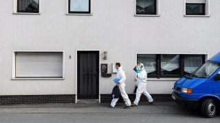 Wallenfels, 2015. november 13. Védõruhás rendõrségi helyszínelõk érkeznek egy lakóházhoz a bajorországi Wallenfelsben 2015. november 13-án. Az épületben elõzõ nap mentõsök csecsemõk holttestére bukkantak. (MTI/EPA/Nicolas Armer)
