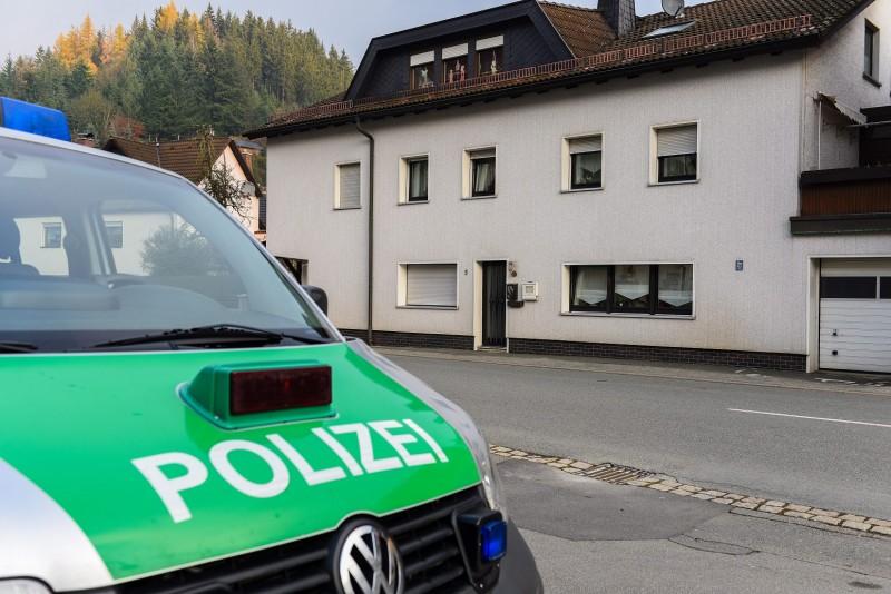 Wallenfels, 2015. november 13. Egy rendõrségi jármû parkol egy lakóházzal szemben a bajorországi Wallenfelsben 2015. november 13-án. Az épületben elõzõ nap mentõsök csecsemõk holttestére bukkantak. (MTI/AP/DPA/Nicolas Armer)